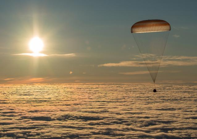 Астронавты НАСА Джозеф Акабу и Марк Ванде Хай во время посадки спускаемого аппарата транспортного пилотируемого корабля Союз МС-06
