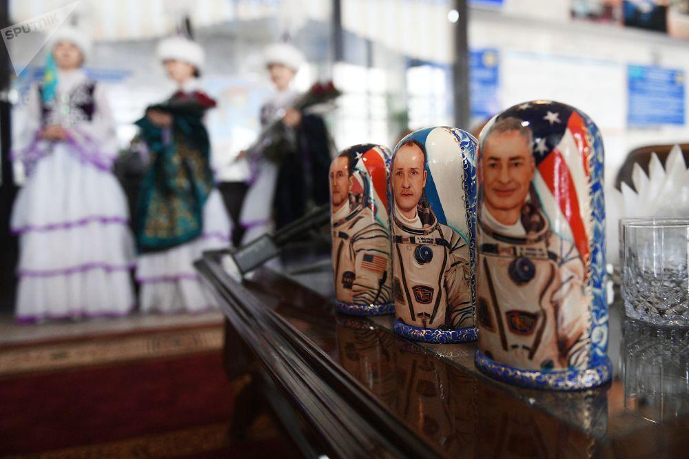 Matrioszki z ilustracjami kosmonautów w porcie lotniczym Karaganda