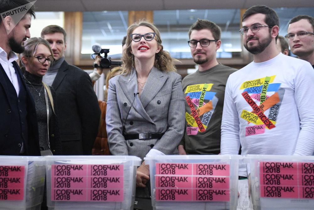 Ksenia Sobczak podczas przekazania komisji wyborczej podpisów popierających jej start w wyborach.