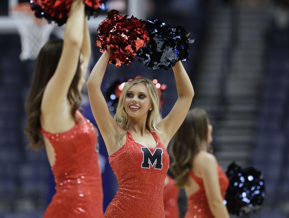 Cheerleaderki podczas turnieju koszykówki kobiet w Bridgestone Arena w Nashville