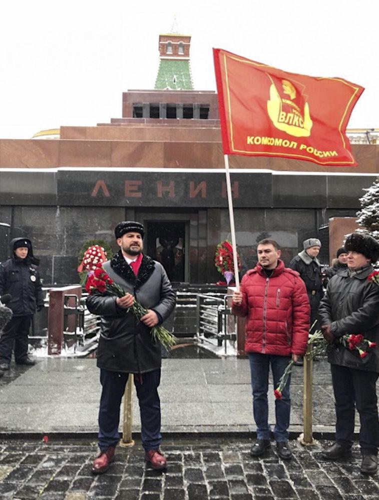 Kandydat na prezydenta Rosji od partii komunistycznej Komuniści Rosji Maksim Surajkin przy mauzoleum na Placu Czerwonym