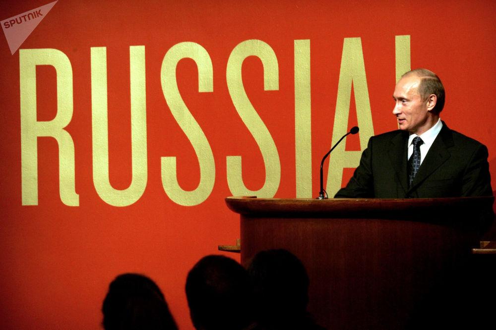 Prezydent Rosji Władimir Putin podczas otwarcia wystawy Rossija! w Muzeum Guggenheima w Nowym Jorku, 2005