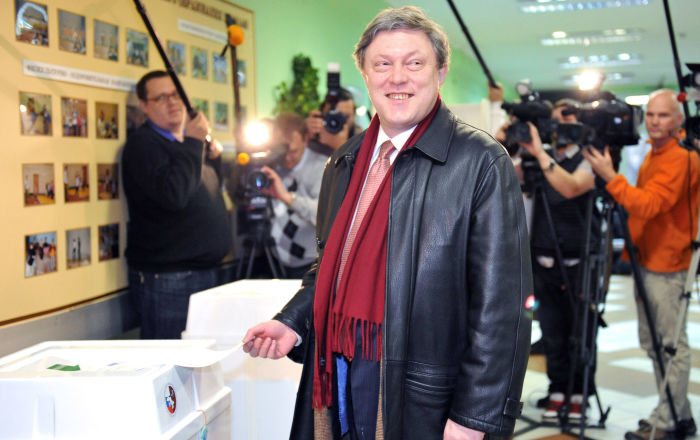 Grigorij Jawliński w jednym z lokali wyborczych w Moskwie w dniu wyborów deputowanych do Dumy Państwowej