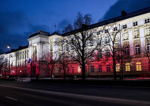 Polska. Warszawa. Kancelaria Premiera RP w barwach narodowych