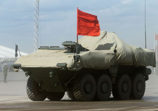 BTR na platformie kołowej średniej kategorii wagowej Bumerang podczas próby generalnej Defilady Zwycięstwa w Moskwie