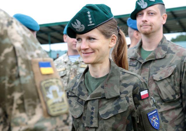 Żołnierka polskiej armii na ceremonii otwarcia manewrów wojskowych Rapid Trident-2017