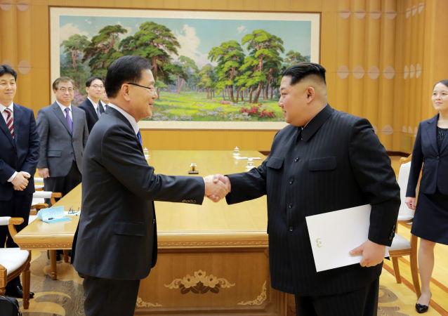 Spotkanie lidera KRLD Kim Dzong Una z szefem Dyrekcji Bezpieczeństwa Narodowego przy prezydencie Republiki Korei Chung Eui-yongiem w Pjongjangu