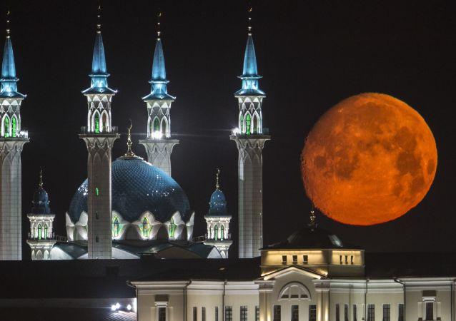 Pełnia księżyca nad Kremlem i meczetem w Kazaniu