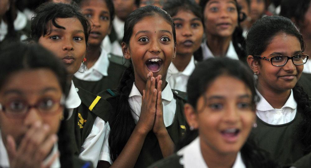 Indyjscy uczniowie obserwują tygrysa na wielkim ekranie przed Światowym Dniem Tygrysa