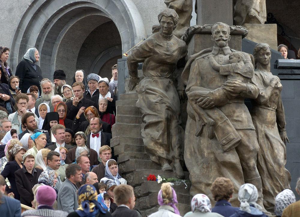 Prawosławni Rosjanie podczas obrzędu poświęcenia Cerkwi na Krwi w Jekaterinburgu