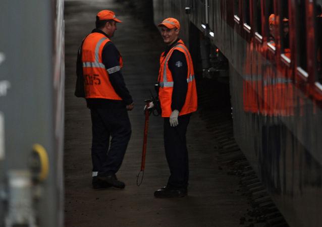 Robotnicy przy dwupiętrowym pociągu Moskwa-Woronież