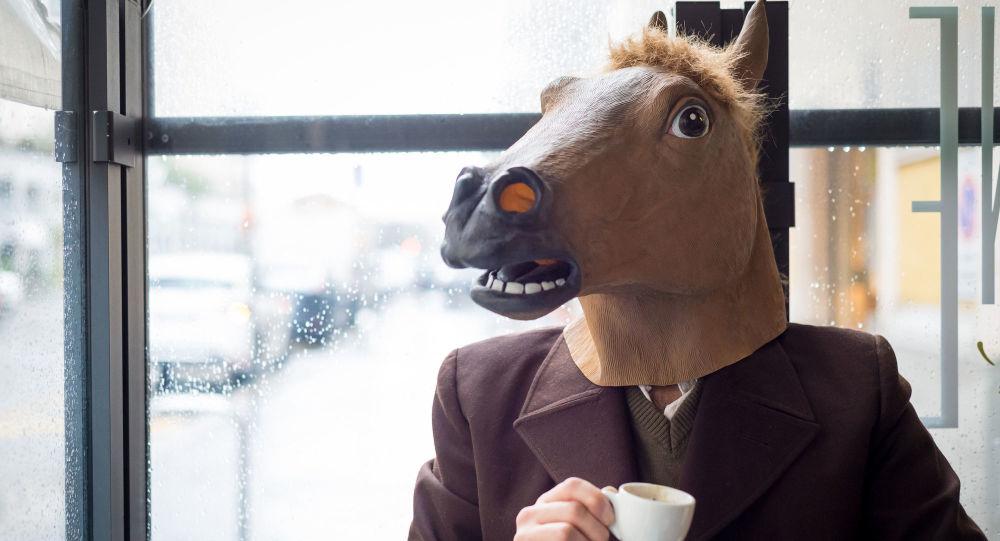 Człowiek w masce konia