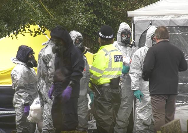 Policja szuka na cmentarzu dowodów na otrucie Skripala