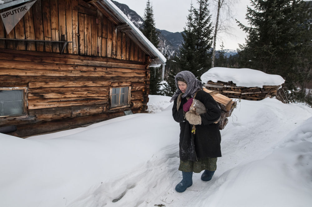 Decyzję o zamieszkaniu w lasach ojciec Agafii podjął po tym, jak radziecki patrol zastrzelił jego brata na obrzeżach wioski staroobrzędowców.