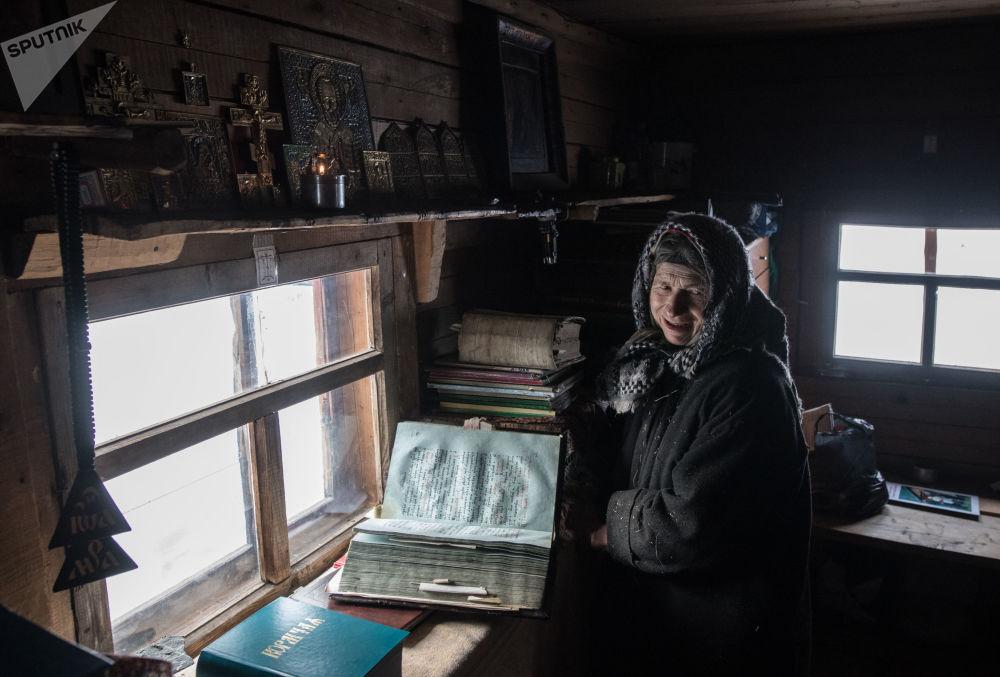 W 1990 roku Agafia próbowała przerwać swoje odosobnienie. Złożyła śluby zakonne w klasztorze staroobrzędowców, ale kilka miesięcy później wróciła do swojego domu w tajdze, tłumacząc to różnicami ideologicznymi z zakonnicami.