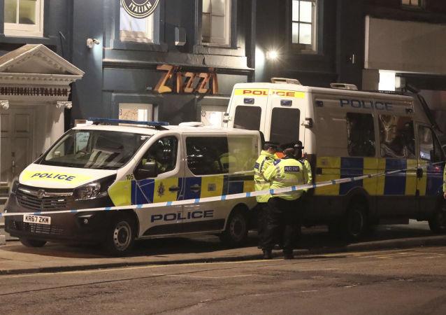 Policja na ulicy Castle street brytyjskiego miasta Salisbury w pobliżu miejsca, w którym były pułkownik GRU Siergiej Skripal został znaleziony w ciężkim stanie