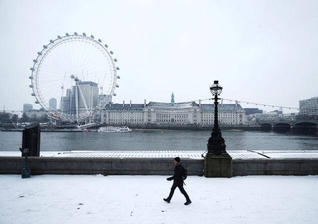 Zaśnieżony bulwar w Londynie