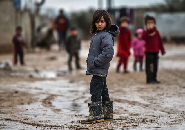 Syryjskie dzieci w obozie dla uchodźców w tureckim Azaz