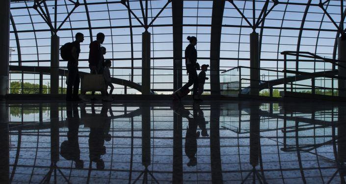 """Pasażerowie na lotnisku """"Domodiedowo"""", Rosja"""