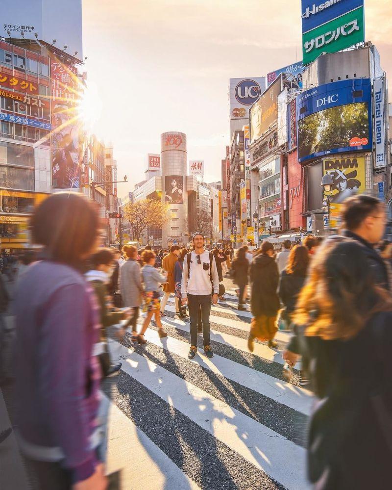 Jedna z głównych ulic Tokio - fotografia dla projektu Jak daleko od domu