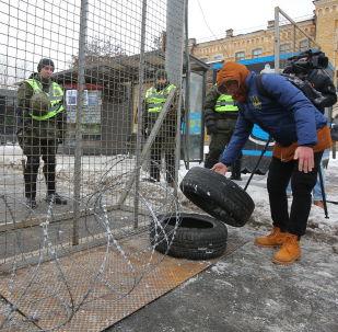 Funkcjonariusze MSW Ukrainy blokują dostęp do rosyjskiej ambasady w Kijowie w dniu wyborów prezydenta Rosji