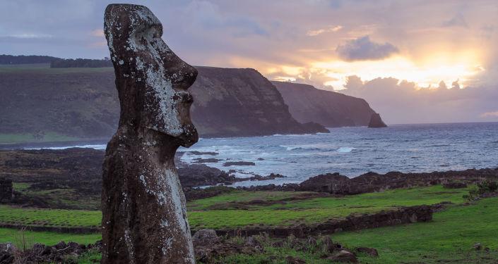 Kamienny posąg na Wyspie Wielkanocnej
