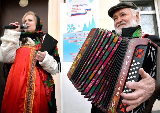 Wystąpienie folkowego zespołu przed lokalem wyborczym, Chabarowsk