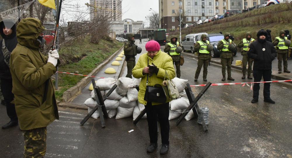 Pracownicy Ministerstwa Spraw Wewnętrznych Ukrainy oraz przedstawiciele organizacji nacjonalistycznych blokują budynek rosyjskiego konsulatu w Odessie w związku z wyborami prezydenckimi w Rosji