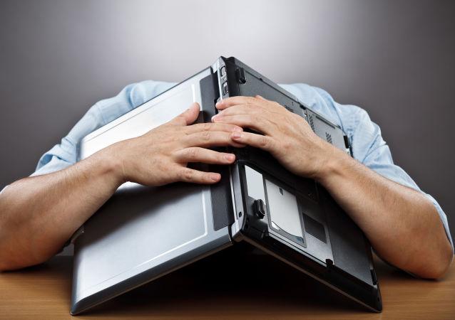 Zmęczony mężczyzna z komputerem na głowie