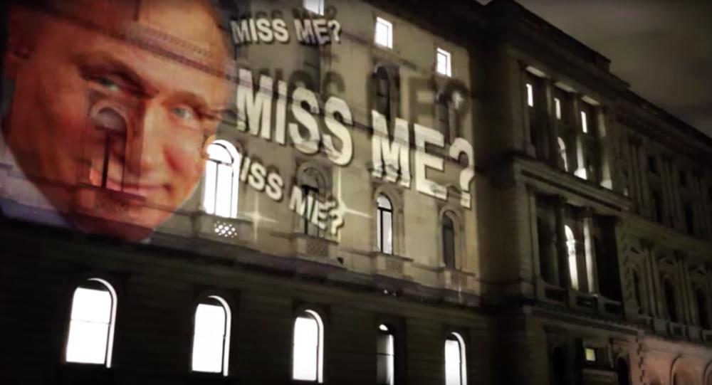 Projekcja z uśmiechniętym prezydentem Rosji na fasadzie budynki MSZ Wielkiej Brytanii w Londynie
