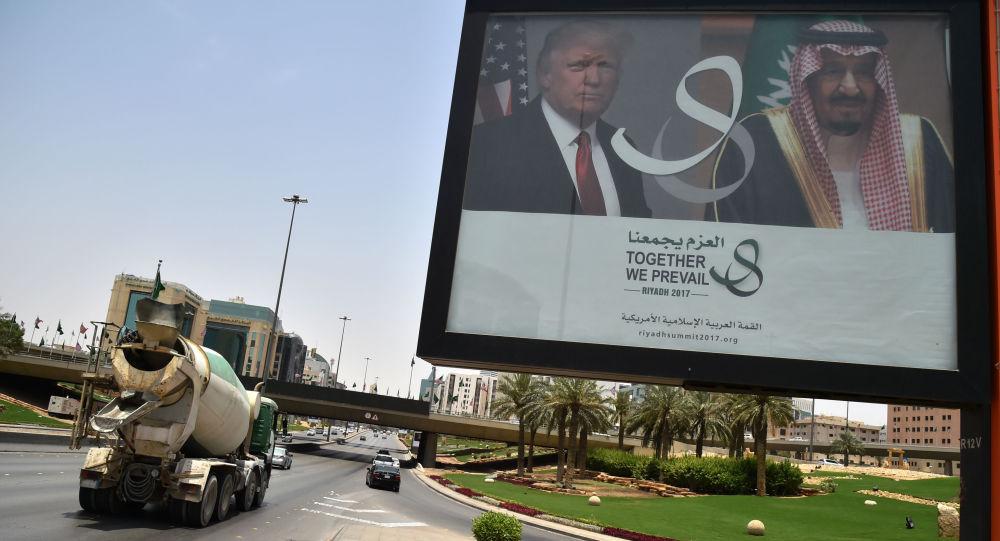 Billboard z wizerunkiem prezydenta USA Donalda Trumpa i króla Arabii Saudyjskiej Salmana ibn Abd al-Aziza Al Su'uda