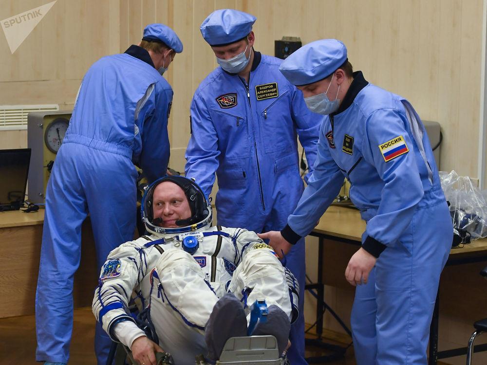 Rosyjski kosmonauta Oleg Artiemjew przed startem rakiety z kosmodromu Bajkonur