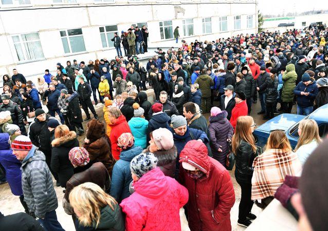 Mieszkańcy przy centralnym szpitalu rejonowym w Wołokołamsku