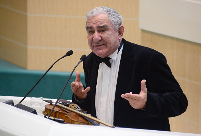 Skrzypek i znawca sztuki Michaił Kazinik na posiedzeniu Rady Federacji Rosji