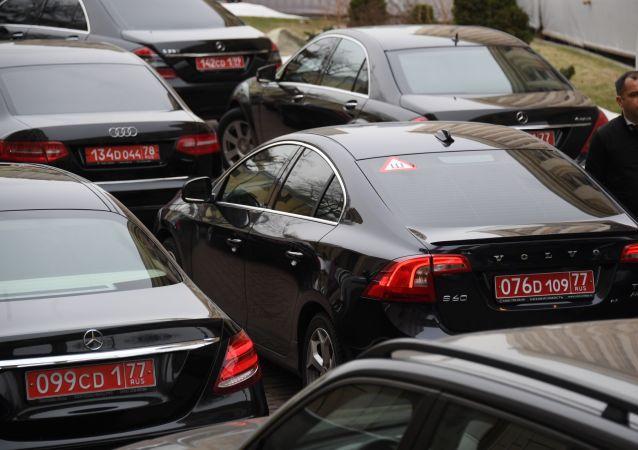 Samochody dyplomató przed budynkiem MSZ Rosji