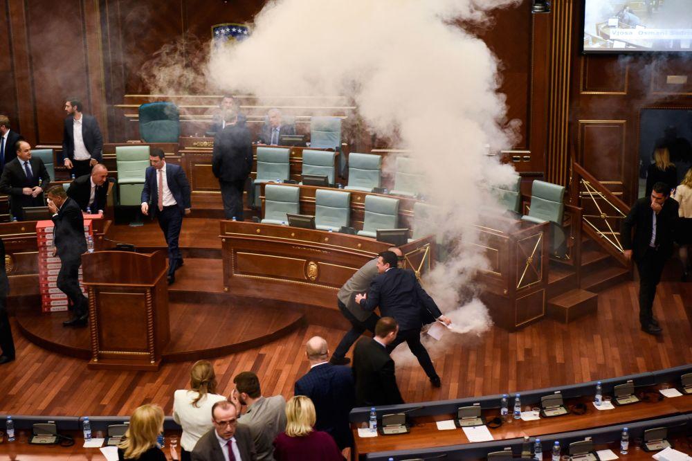 Opozycja rozpyla gaz w budynku parlamentu Kosowa w Prisztinie