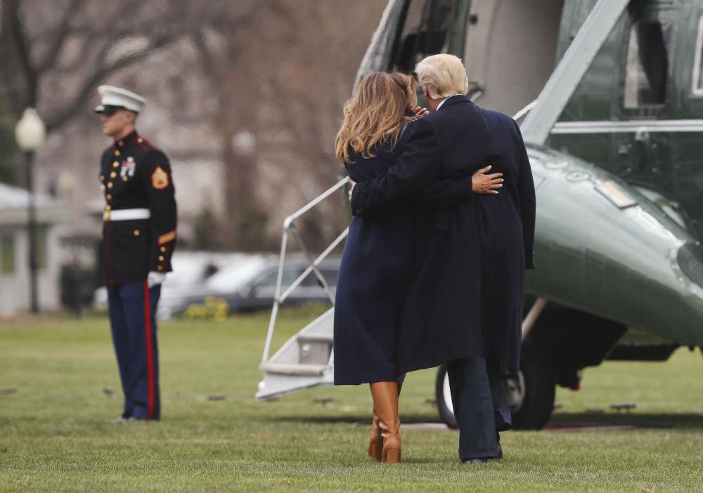 Prezydent USA Donald Trump i jego żona Melania wchodzą do helikopteru na trawniku przed Białym Domem w Waszyngtonie