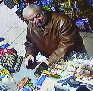 Były oficer GRU Siergiej Skripal nagrany w sklepie spożywczym w Salisbury