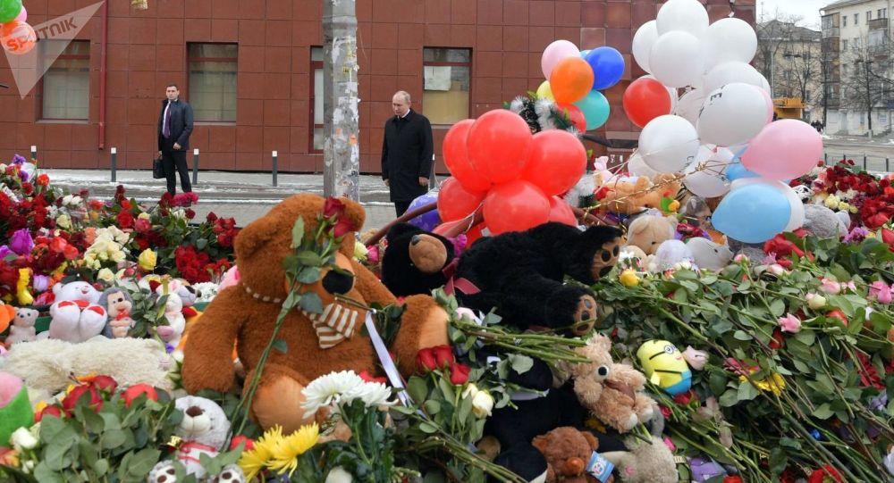 """Prezydent Rosji Władimir Putin przybył do Kemerowa, gdzie w wyniku pożaru w centrum handlowo-rozrywkowym """"Zimowa wiśnia"""" zginęły 64 osoby"""