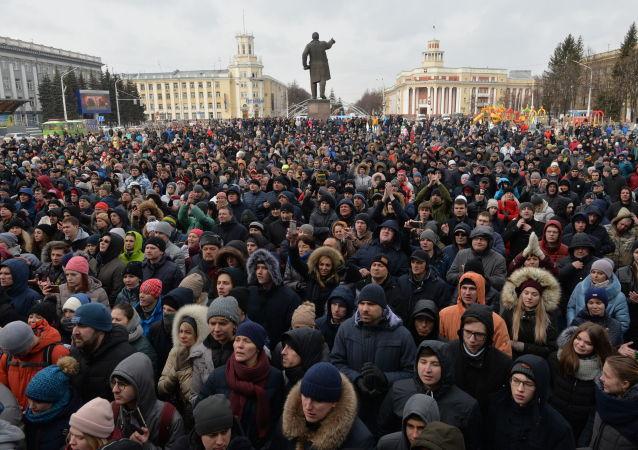 Tysiące mieszkańców Kemerowa wzięły udział w spontanicznym wiecu na Placu Rad pod budynkiem miejskiej administracji