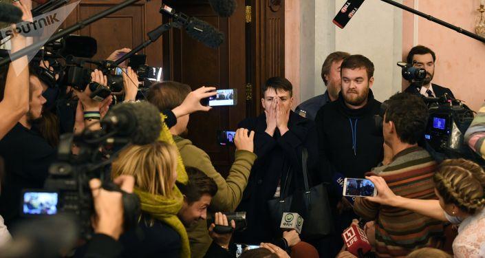 Deputowana Rady Najwyższej Nadieżda Sawczenko odpowiada na pytania dziennikarzy podczas posiedzenia Sądu Najwyższego Federacji Rosyjskiej. Zdjęcie archiwalne