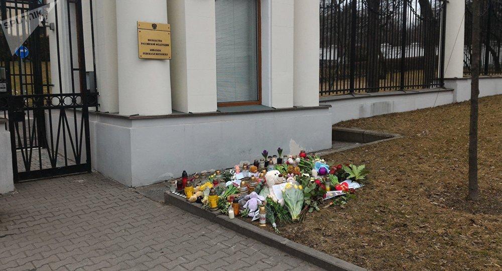 Polacy składają kwiaty pod Ambasadą Rosji - 28 marca 2018