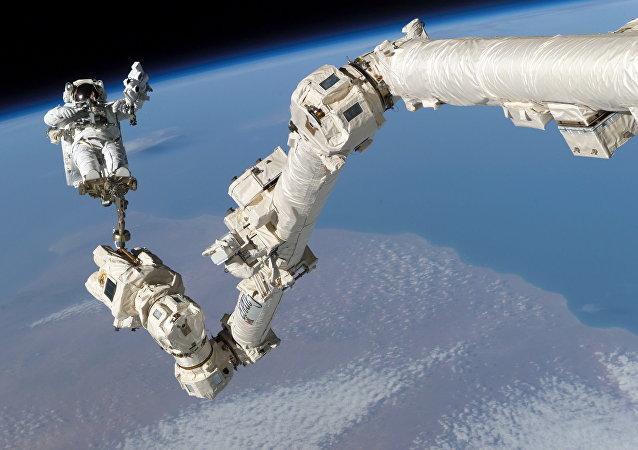 Astronauta w odkrytym kosmosie