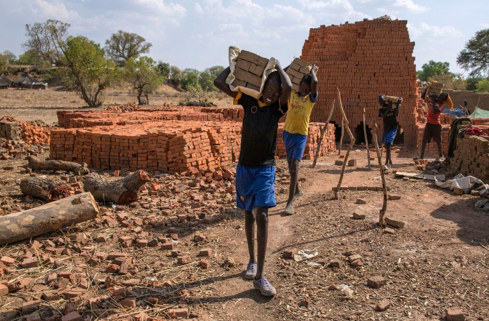 Dzieci pracują przy produkcji cegieł w Sudanie Południowym