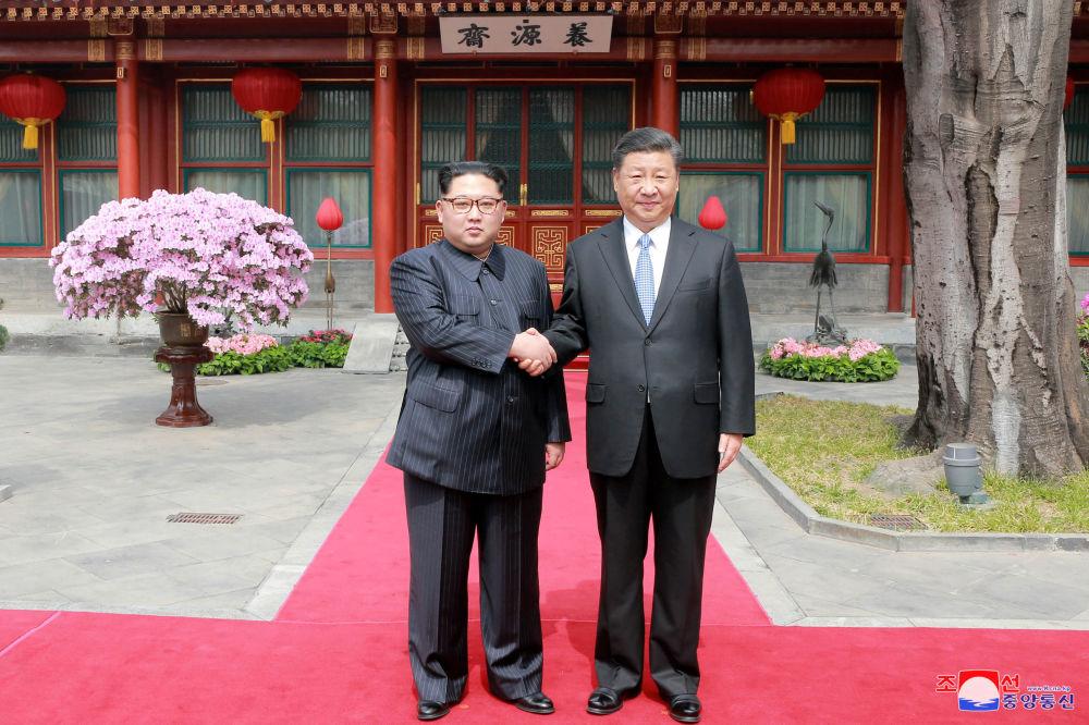 Przywódca KRLD Kim Dzong Un i przywódca Chińskiej Republiki Ludowej Xi Jinping w Pekinie