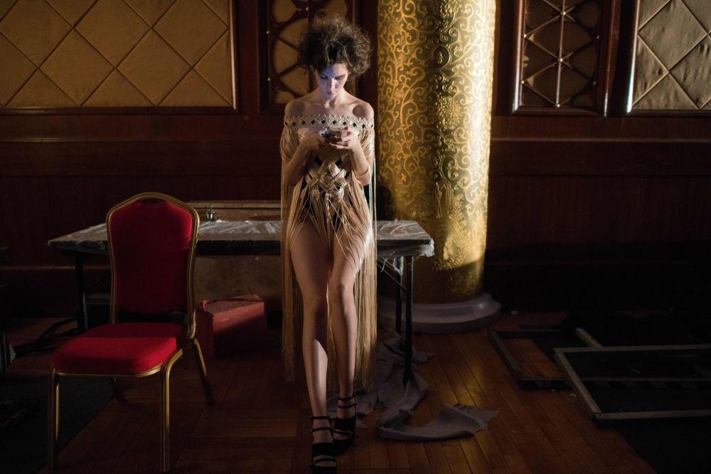 Modelka czeka za kulisami podczas Chińskiego Tygodnia Mody w Pekinie