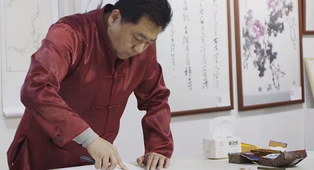 Chiński kaligraf Huang Pufang rysuje hieroglify za pomocą noży