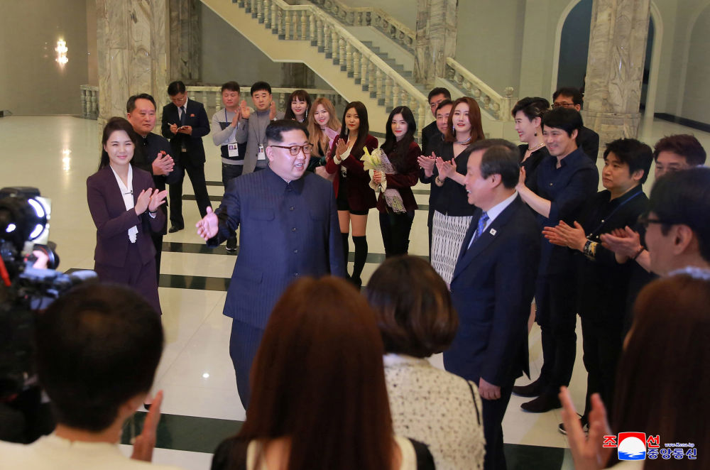 Kim Dzong Un z żoną po koncercie południowokoreańskiego zespołu popowego w Pjongjangu