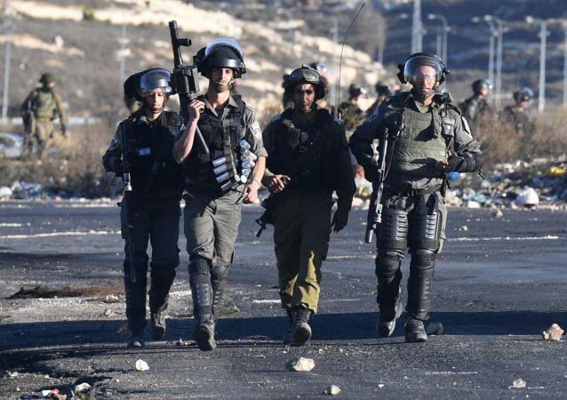 Pracownicy izraelskich służb porządkowych podczas starć na granicy palestyńsko-izraelskiej niedaleko Ramallah