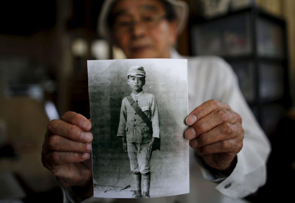 86-letni mieszkaniec prowincji Fukushima Yoshiteru Kohata, który przeżył atak atomowy na Nagasaki, pokazuje swoje szkolne zdjęcie.